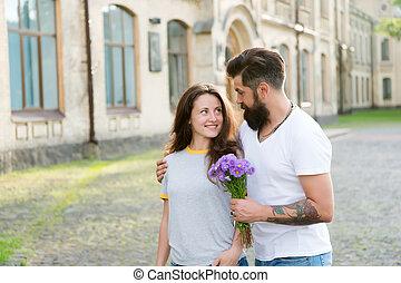 barbu, amants, amour, romantique, valentines, concept., love., jour, flowers., romance., hipster, woman., étreint, date, automne, sentiment, couple, homme