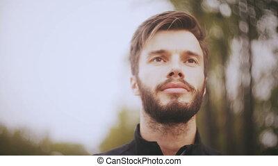 barbu, angle, devant, européen, prise vue., haut, beau, regarder, confiant, bas, fin, portrait, positively., homme souriant, man., 4k