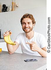 barbu, bananes, pointage, jeune, table, maison, fruits., homme, heureux