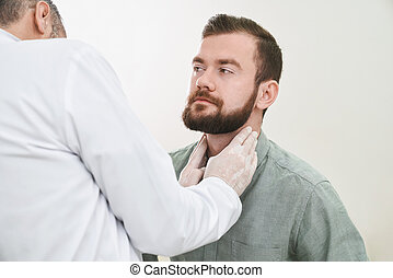 barbu, beau, homme, avoir, cou, et, ganglions lymphatiques, checked.