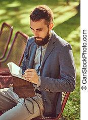 barbu, bloc-notes, séance, écrit, vêtements, banc, park., quelque chose, portrait, mâle, désinvolte