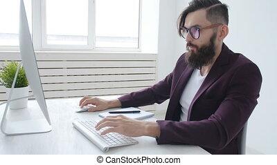 barbu, concept, bureau fonctionnant, freelancing., travail, jeune, informatique, élégant, ou, homme