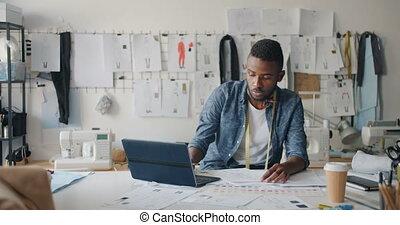 barbu, concepteur, ordinateur portable, moderne, esquisser, studio, utilisation, vêtements, dessin, homme