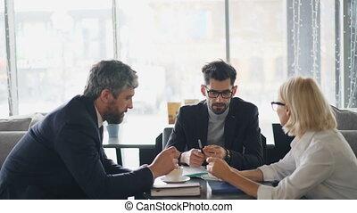 barbu, femme affaires, hommes, contrat, détails, personne agee, café, discuter