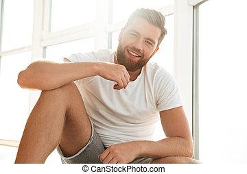 barbu, fenêtre, maison, homme souriant, beau