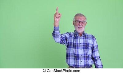 barbu, indiquer haut, regarder, hipster, homme aîné, surpris, heureux