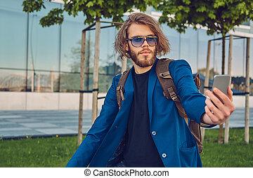 barbu, sac à dos, vélo, selfie, jean, veste, rue., élégant, confection, homme, beau