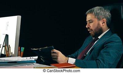 barbu, sien, bâiller, fatigué, arrière-plan., desk., noir, homme affaires