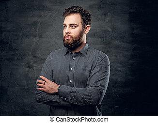 barbu, sur, gris, bras, arrière-plan., traversé, mâle