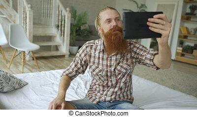 barbu, tablette, séance, jeune, lit, informatique, vidéo, bavarder, utilisation, maison, avoir, homme