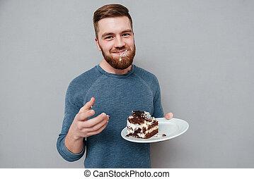 barbudo, comendo chocolate, bolo, homem sorridente, feliz