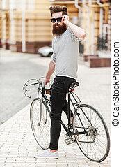 barbudo, el suyo, bicicleta, sentado, cámara, ajuste, joven, eyewear, mirar, confiado, longitud, lleno, mientras, aire libre, stylish., hombre