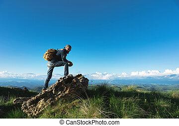 barbudo, noite, óculos de sol, sapatos, olhar, elegante, denim, boné, pedra, amarela, grande, contra, futuro, horizon., fundo, paleto, viajante, macho, viagem, mochila, plataformas