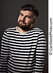 barbudo, sorrindo, emocional, homem, em, casual, listrado, t-shirt, ligado, cinzento, experiência., closeup, retrato