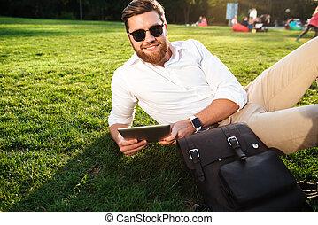 barbuto, occhiali da sole, fuori, sorridente, erba, dire bugie, uomo