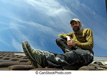 barbuto, roofer, rimanendo, cima, di, uno, tetto, giorno pieno sole