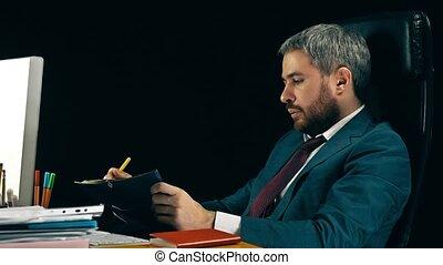 barbuto, uomo affari, controllo, il, orario, in, suo,...
