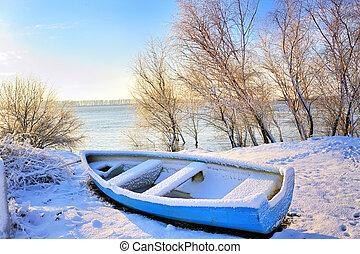 barco azul, cerca, río de danubio
