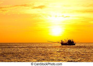 barco de pesca, en, ocaso