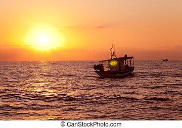 barco de pesca, en, salida del sol, en, mar mediterráneo