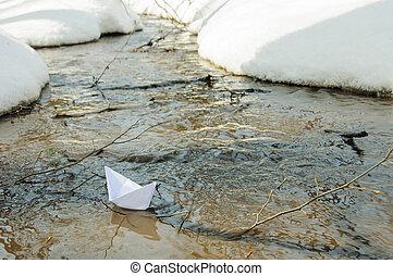 barco del juguete, de, papel, en el agua