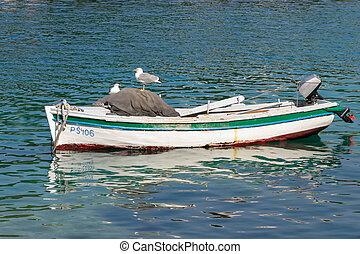 barco, en el agua