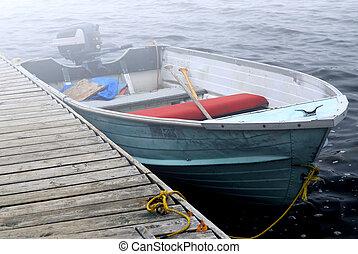 barco, en una niebla