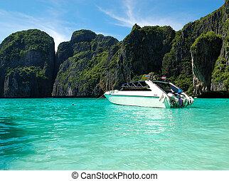 barco motriz, en, turquesa, agua, de, océano indico, isla de la phi de la phi, tailandia