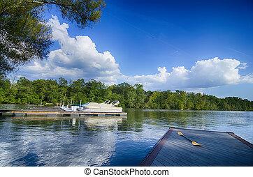 barcos, em, doca, ligado, um, lago, com, céu azul