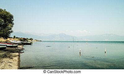 barcos pesca, ligado, costa, de, lago, prespa, e, montanhas, de, galicica, nacional, park.