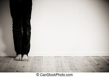 barefeet, fiú, egyedül, alatt, övé, szoba