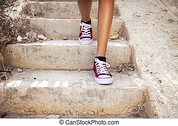 barelegs, med, röd, tennisskor, vandrande, in, trappa