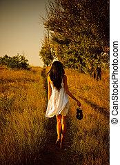 barfota, skor, hand, field., flicka, klänning, vit, baksidaen beskådar