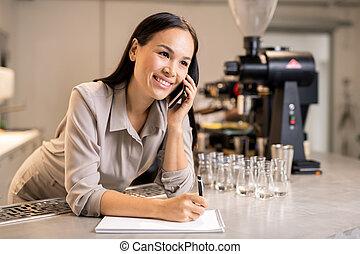barista, 電話をかける, 微笑, workwear, 作成, 若い, メモ, クライアント, 間, メモ用紙
