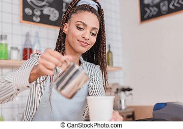 barista, auslaufende milch, in, bohnenkaffee