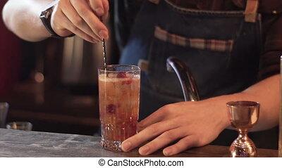 barista, preparare, moda, coctail, in, moderno, bar., barmen, mescolare