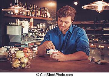 barista, proeft, een, nieuw, type, van, koffie, in, zijn,...