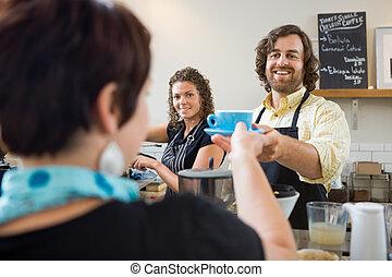 barista, servindo, cliente