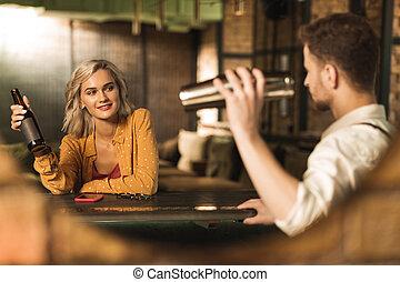 barman, 恋をもて遊ぶ, 女, 若い, かなり