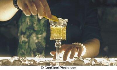 barman, barre, faire, cocktail