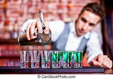 barman, el verter, azul, curacao, alcohólico, cóctel, en,...