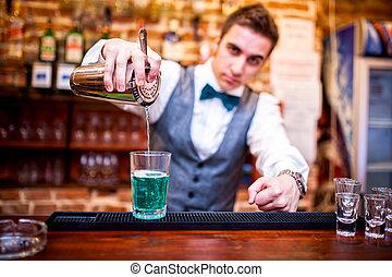 barman, el verter, un, cóctel, bebida, y, mirar cámara del...