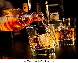barman, el verter, whisky, delante de, whisky, vidrio, y,...