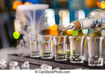 barman, gieten, hard, geest, in, bril