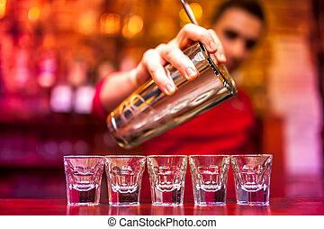 barman, gieten, sterke, alcoholische drank, in, schoten, op,...