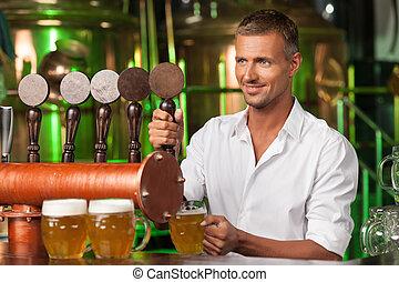 barman, porción, beer., guapo, barman, en, camisa blanca,...