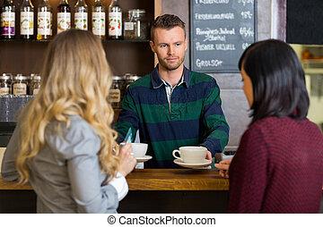 barman, portie, koffie, om te, vrouwen, op, toonbank, in, koffiehuis