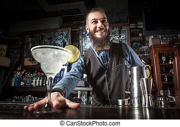 barman, servindo, cocktail.