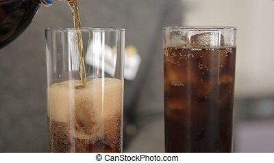 barman, szkło, lód, soda, leje
