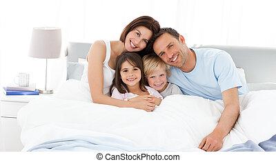 barn, föräldrar, deras, säng, lycklig